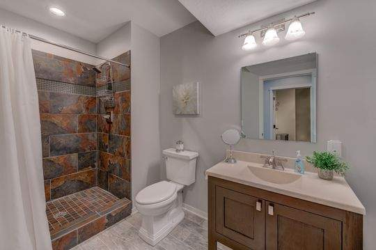 455_Carriage_Ln_Hudson-20-original-Bathroom_540